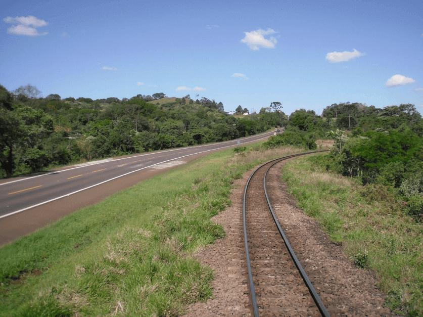 Comparação entre ferrovia ou rodovia
